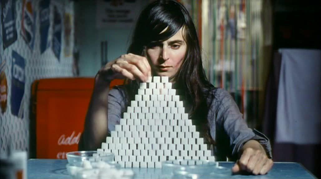 zdjęcie: kobieta układająca wieżę z kostek cukru